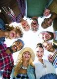 朋友杂乱的一团加入节日晚会小组概念 免版税库存照片