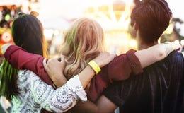 朋友杂乱的一团幸福游乐园节日概念 免版税库存图片