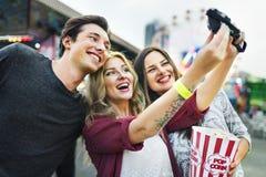 朋友杂乱的一团幸福游乐园节日概念 免版税图库摄影