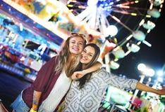 朋友杂乱的一团幸福游乐园节日概念 免版税库存照片