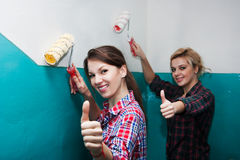 朋友油漆墙壁 库存照片