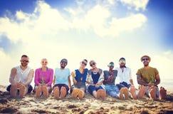 朋友海滩假期党使变冷的概念 库存照片