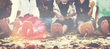 朋友海滩假期党使变冷的概念 免版税库存照片