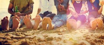朋友海滩假期党使变冷的概念 免版税图库摄影
