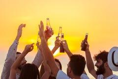 朋友海滩党喝多士庆祝概念 免版税库存图片