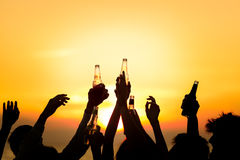 朋友海滩党喝多士庆祝概念 图库摄影