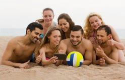 朋友海滩selfie 免版税库存照片