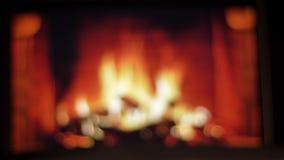 朋友的两只手特写镜头射击使与红酒的玻璃叮当响庆祝与在的舒适温暖的壁炉 股票视频