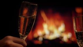 朋友的两只手特写镜头射击使玻璃叮当响的变冷在与舒适温暖的晚上的有很多香槟 股票视频