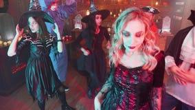 朋友的帮会可怕服装的庆祝在用假日元素装饰的酒吧的万圣节 股票视频