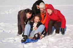 朋友组塑料雪撬 免版税库存图片