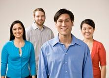 朋友编组摆在微笑 免版税库存图片