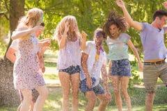 年轻朋友获得与水管的乐趣在公园 图库摄影