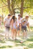 年轻朋友获得与水管的乐趣在公园 库存照片