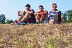 朋友获得乐趣野餐党在自然 库存图片