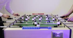 朋友获得使用的乐趣在喷射器桌橄榄球足球 股票视频