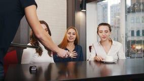 朋友见面了在酒吧 三年轻女人笑 侍者提出茶 股票录像