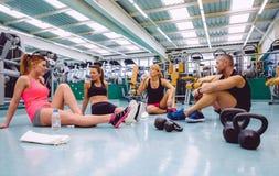 朋友谈话在健身中心在训练以后 免版税图库摄影