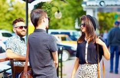 朋友谈话在城市街道,青年文化上 库存图片