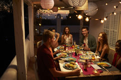 朋友谈话在露台,伊维萨岛,西班牙的一次晚餐会 图库摄影