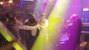 朋友跳舞在党的,女孩有夜与有些饮料 股票录像