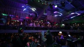 朋友跳舞在党的,女孩有夜与有些饮料 影视素材