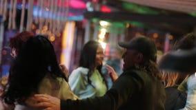朋友跳舞在党的,女孩有夜与有些饮料 股票视频