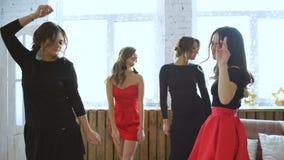 朋友跳舞 快乐的少妇跳舞和有乐趣党在卧室 股票视频