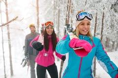朋友通过进来在雾冬天fo的挡雪板或滑雪者 库存图片