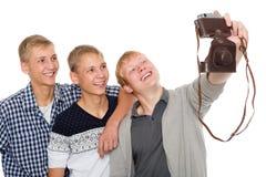 朋友采取在一台老照相机的自已 免版税库存图片