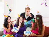 朋友围拢的生日聚会的快乐的女孩在党 库存照片