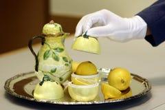 服务传统古色古香的静物画的柠檬茶 免版税库存照片
