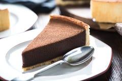 服务切片自创巧克力蛋糕 免版税库存照片