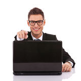 服务台企业家他的膝上型计算机工作 库存图片