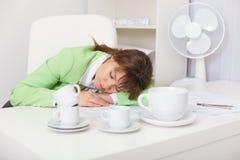 服务台办公室休眠的疲乏的妇女 库存照片