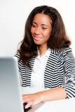 服务台女孩膝上型计算机青少年键入&# 库存图片