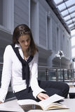 服务台女性读取年轻人 免版税库存图片