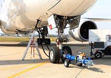 服务和换装燃料的喷气式客机 库存照片