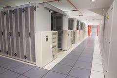 服务器塔空的走廊  免版税库存照片