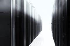 服务器室用现代计算机主机设备在数据中心 黑色白色 库存照片