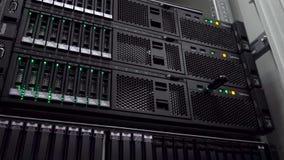 服务器室 网互联网和网络电信技术,大数据存储巨型计算机 行动射击 股票录像