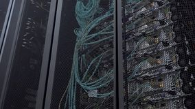 服务器机架闪动带领了光在一个现代数据中心在与圆的开头的铁门后位于 影视素材