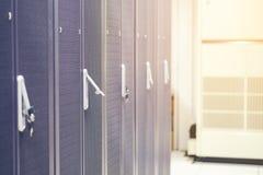 服务器硬件箱子服务器机架行在数据中心服务 免版税库存图片