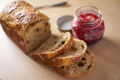 服务在早餐或茶时间用切的面包 免版税库存照片