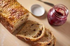 服务在早餐或茶时间用切的面包 库存图片
