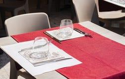 服务在桌上在餐馆在卡塔尼亚,西西里岛,意大利,设置为吃饭的客人 免版税库存图片