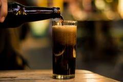 服务在酒吧的一份饮料 免版税库存照片