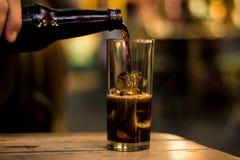 服务在酒吧的一份饮料 免版税库存图片