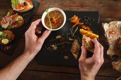 服务在黑盘子的开胃菜 库存图片