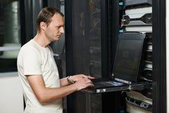 服务工程师在服务器屋子里 免版税库存图片